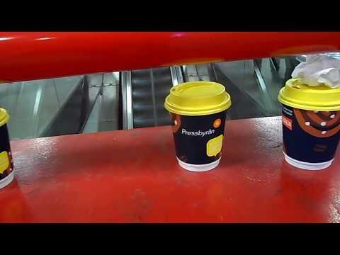 Vasitos sobre la caja de seguridad contra incendios en la estación Odenplan