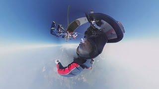 Видео 360: Более сотни парашютистов установили рекорд мира, собрав фигуру в свободном падении