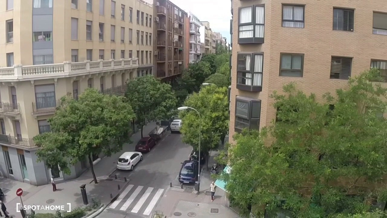 Rooms for rent in 4-bedroom apartment in Ríos Rosas, Madrid