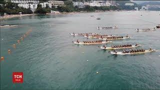 У Китаї влаштували традиційні змагання на вузьких човнах-драконах