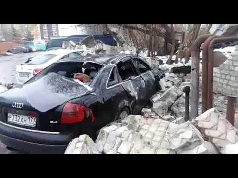 В Воронеже на машины обрушилась кирпичная стена (ВИДЕО)