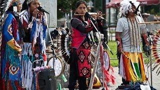 Красиво играют!!! Индейцы на улицах Питера!!!)))