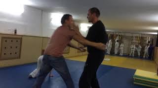 Тренер по дзюдо показывает Блок и защиту от захвата