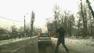 Момент аварии при уроке вождения. Запрещенный обгон на перекрестке