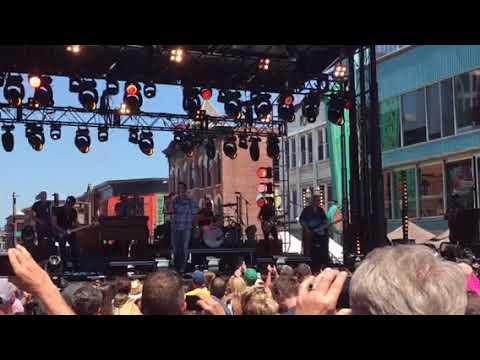 Luke Bryan singing new song 'Sunrise, Sunburn, Sunset live at CMAFEST 2018!