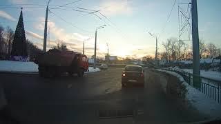 Только идиоты при повороте направо включают левый поворотник !