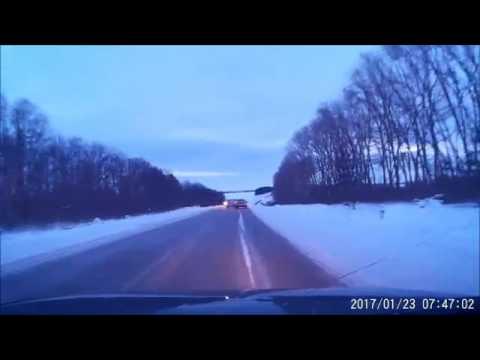 Иномарка выпихнула легковушку с дороги
