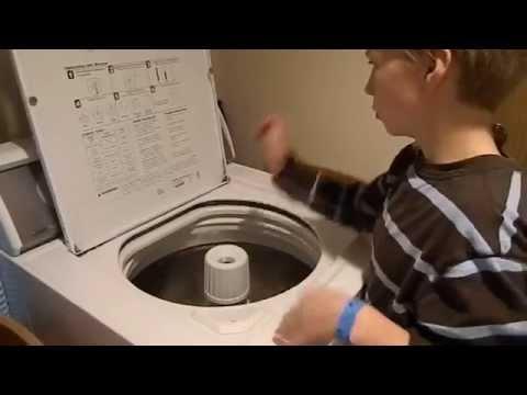 ילד מנגן על מכונת כביסה