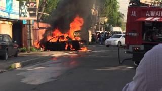 Сегодня в Алматы по улице Гайдара взорвалась машина возле сто
