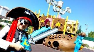 Korsan gemisinde Minecraft karakteri. Oyun parkı oyunları