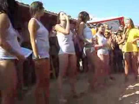 Красивые девченки зажигают на конкурсе мокрых маечек. Осторожно
