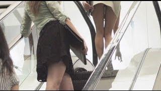 Смотреть онлайн Подсматриваем молодым девушкам под юбку