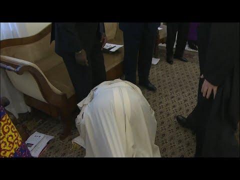 E paparë deri më tash: Papa Françesku puth këmbët e udhëheqësve të Sudanit Jugor