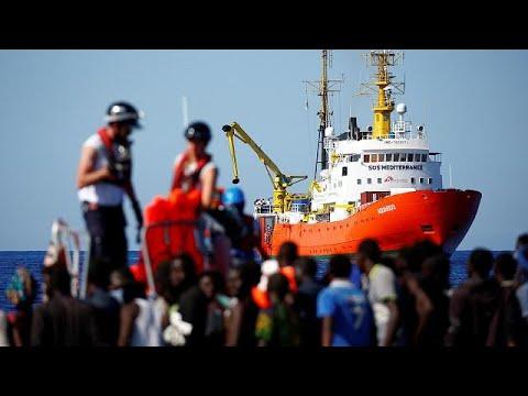 Οι ιταλικές αρχές μεταφέρουν τους μετανάστες του Aquarius στην Ισπανία…