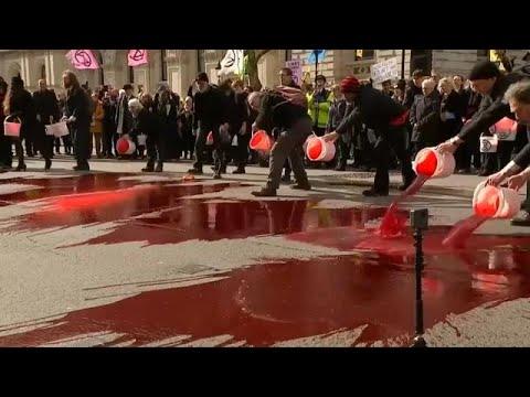 العرب اليوم - شاهد: محتجون ضد تغير المناخ يسكبون دمًا مصطنعًا وسط لندن