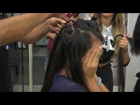العرب اليوم - شاهد: فنزويليات يبعن شعرهن لتأمين لقمة العيش
