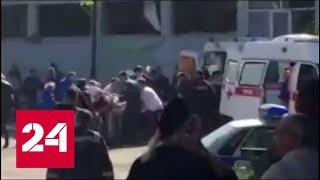 Сотрудники ФСБ работают на месте взрыва в здании колледжа Керчи