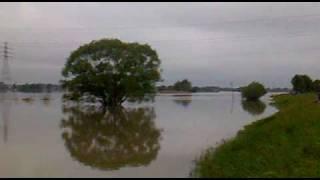 preview picture of video 'Powódź na Opolszczyźnie - Dobrzeń Wielki przed śluzą 19052010 godz. 20.30.mp4'