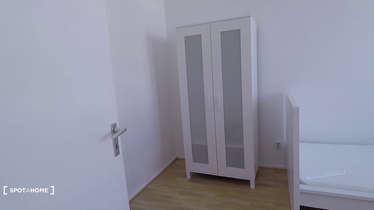 Single Bed in Rooms to rent in bright apartment with 3 bedrooms in Charlottenburg
