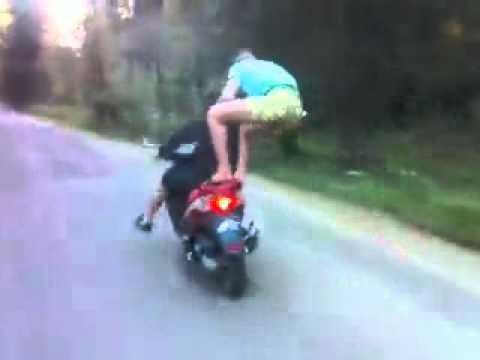 Бесстрашные трюкачи на дорогах / видео