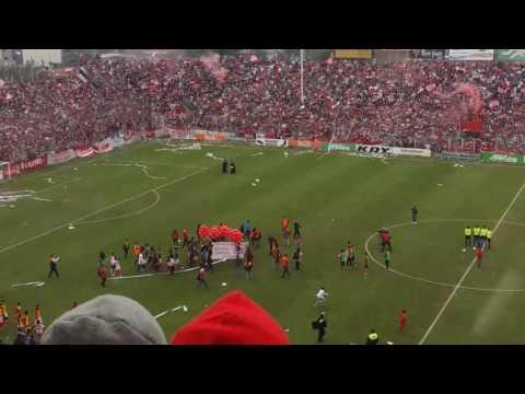 """""""Emotivo recibimiento de hinchas y jugadores."""" Barra: La Banda del Camion • Club: San Martín de Tucumán"""