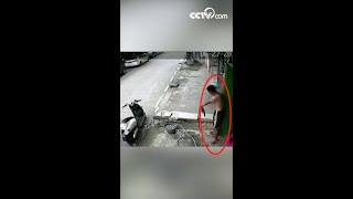 Man gets electric shock| CCTV English