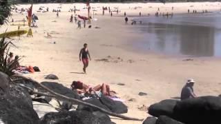 小伙沙滩测试 抢走比基尼美女衣服【泥人张不脏】