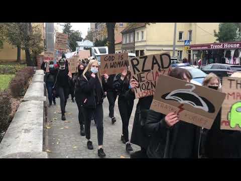 Wideo1: Strajk uczniów I LO we Wschowie. Z transparentami wyszli na ulice miasta