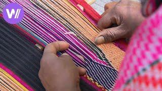 Aus Alpaka Wolle traditionelle peruanische Kleider weben