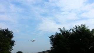 preview picture of video 'Landing/Atterraggio visto dal basso Aeroporto Orio al Serio'