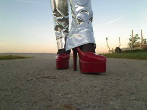 Plateau Pumps in red Walking