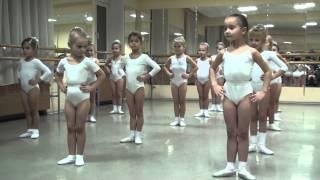 Смотреть онлайн Урок хореографии для детей 5, 6 лет для начинающих
