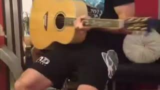 Классно играет на гитаре