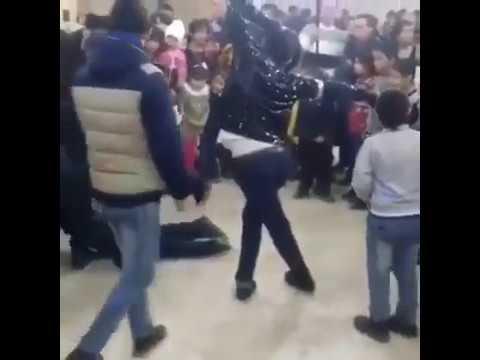 Мужчина сломал шею в танце под песню Майкла Джексона (видео)