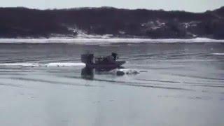 Девочки уплыли на льду в море.