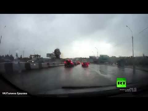 العرب اليوم - شاهد: البرق يضرب سياءة أثناء سيرها في