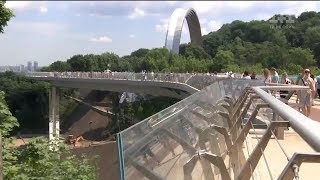 Прокуратура відкрила кримінальне провадження щодо оборудок на будівництві скляного моста Кличка