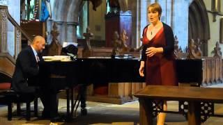 Julie Elliott Mae Hiraeth yn y Mor