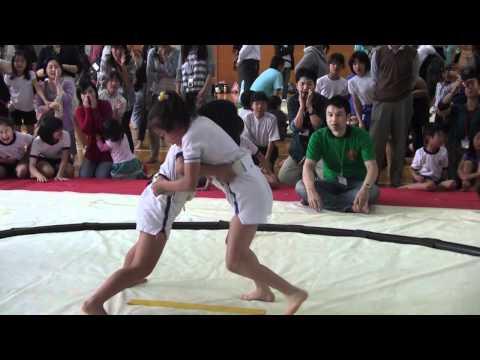なんでもアリの高学年女児の相撲で服めくってるヤツがww