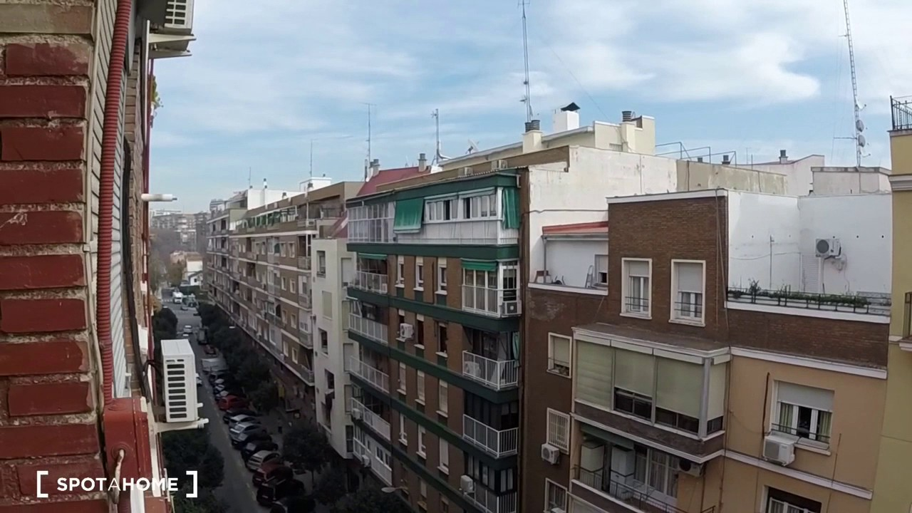 Rooms for rent in 3-bedroom apartment with AC near Retiro Park in Pacifico area