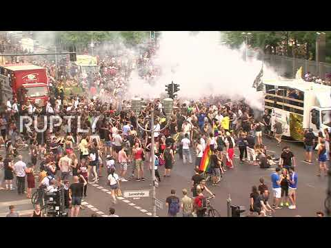 Germany: Berliners absorb far-right demo with techno and dance