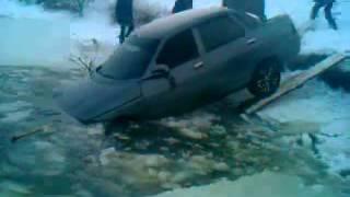 Автомобиль ушел под лед (Березнеговатое).mp4