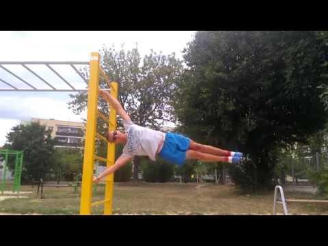 Ćwiczenia trenować mięśnie pleców w symulatorze