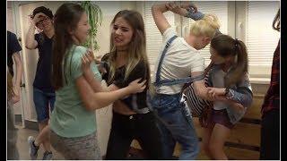 Na szkolnym korytarzu dziewczyny pobiły się między sobą o makijaż [Szkoła odc. 474]