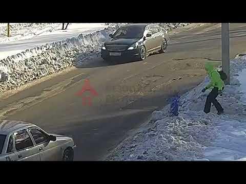 Двухлетний малыш выбежал на дорогу прямо под автомобиль