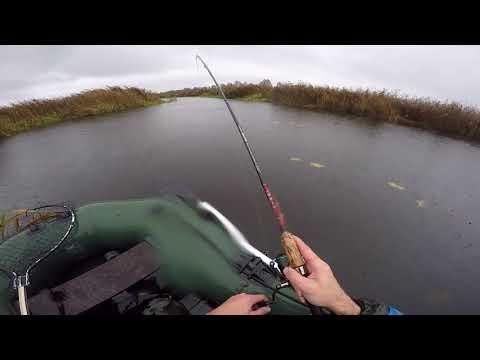 Ловля с лодки осенью видео
