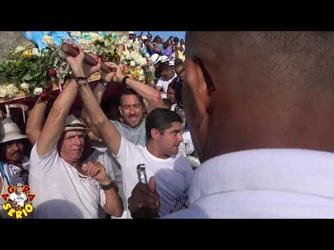 ACM Neto presta homenagens a Iemanjá com flores brancas