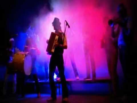 La Maravilla Gypsy Band - El Atraco (tema compuesto para la B.S.O. de El Mundo es Nuestro)