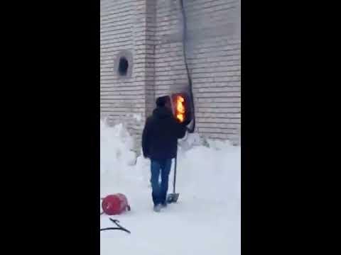 Почему не следует тушить электрощит снегом?