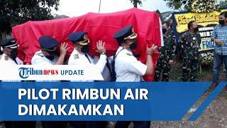 Jenazah Pilot Rimbun Air Datang di Rumah Duka, Beri Penghormatan hingga Tangis Haru Pecah